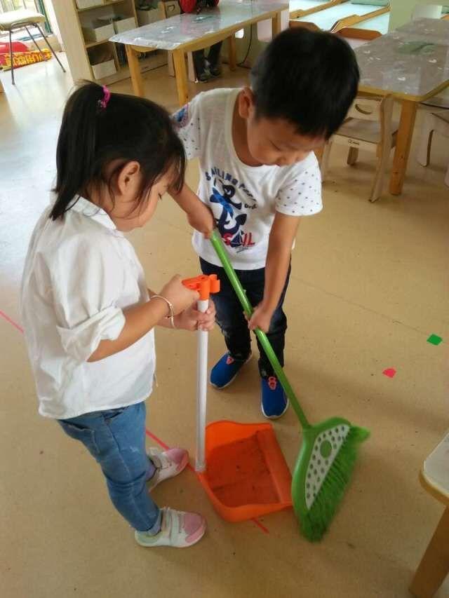 我们每天午餐前组织幼儿讨论怎样擦桌子更干净,孩子们你一言我一语