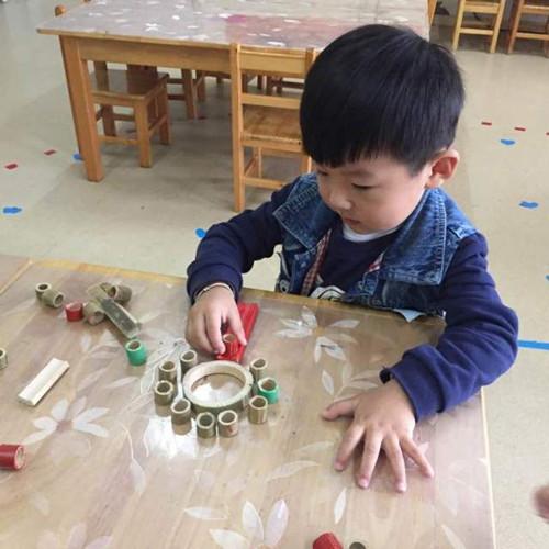 引导幼儿选择不同颜色,不同形状的竹子自由拼摆出各种图形.