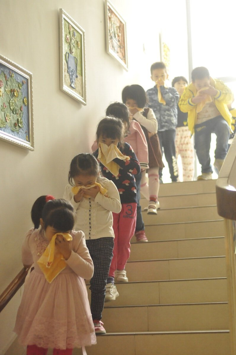 9:49分E,同一分钟,摄影妈妈随中班小朋友撤离到走廊,发现大班的小朋友也已经从三楼有序撤离出来。楼梯间没有拥挤,小朋友迅速有序靠右边扶手下楼。13.jpg