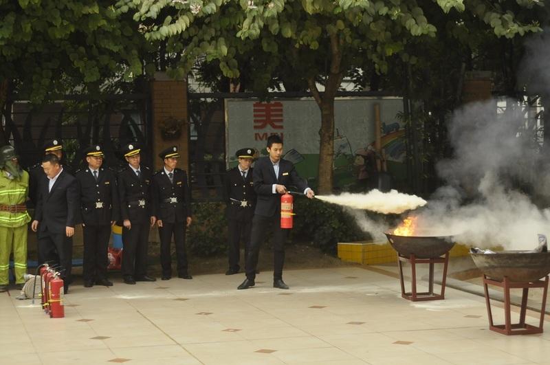 10:10分B 老师和物业保安叔叔们开始现场示范干粉灭火器的使用方法32.jpg