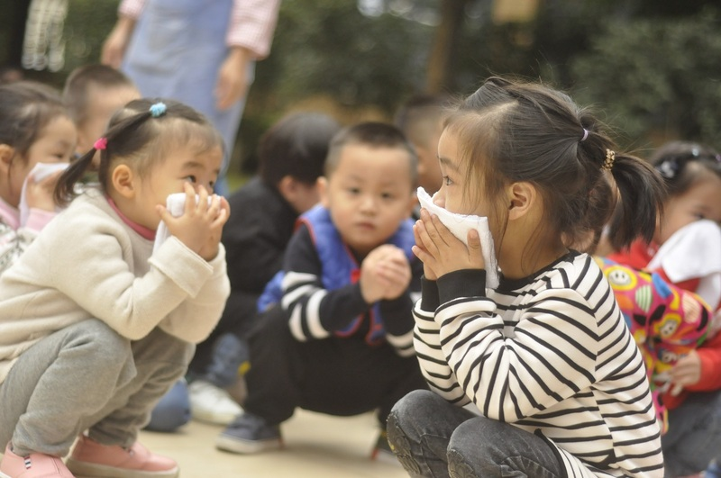 9:50B小朋友在安全的操场上蹲着,继续认真用毛巾捂住嘴巴鼻子,没有拥挤哭闹16.jpg