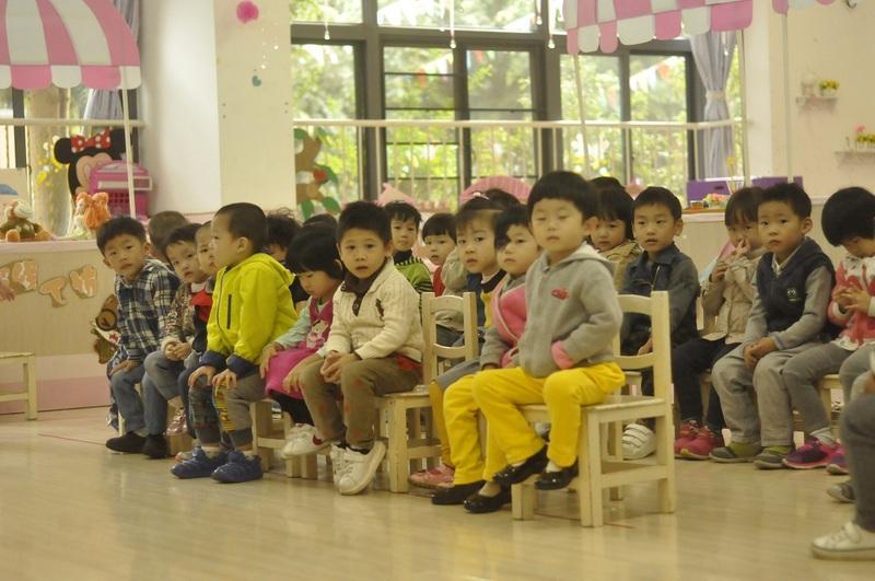 9:35小班的小朋友刚做完早操回到教室1.jpg