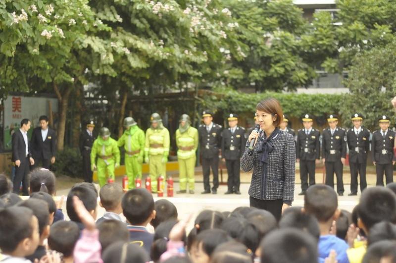 9:58分A,各班清点完毕,李园长开始总结表扬本次的火灾撤离演习情况23.jpg