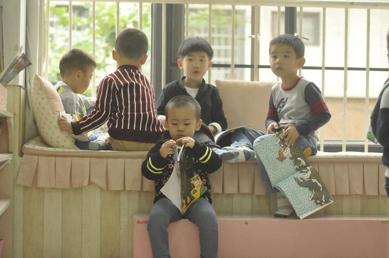 9:44分走到二楼,中班的孩子有的在晨光中享受着阅读3.jpg