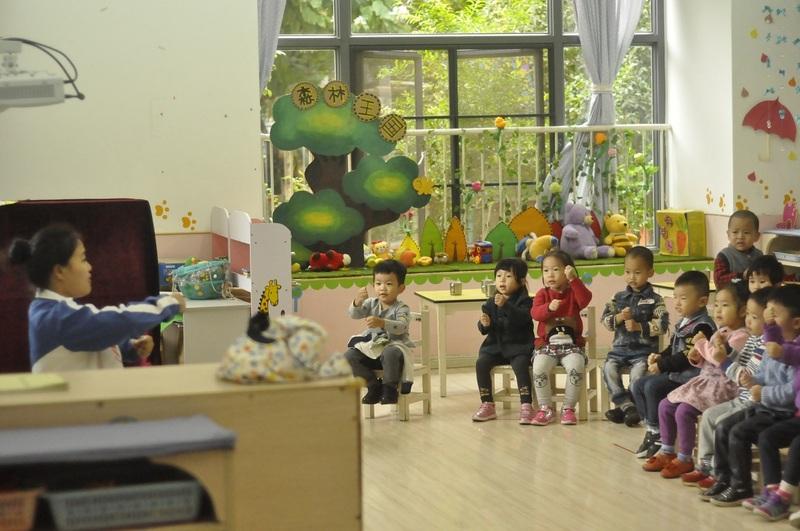 9:38这个班级的小朋友在老师的带领下利用保育老师准备点心的时间再做一个手指操2.jpg