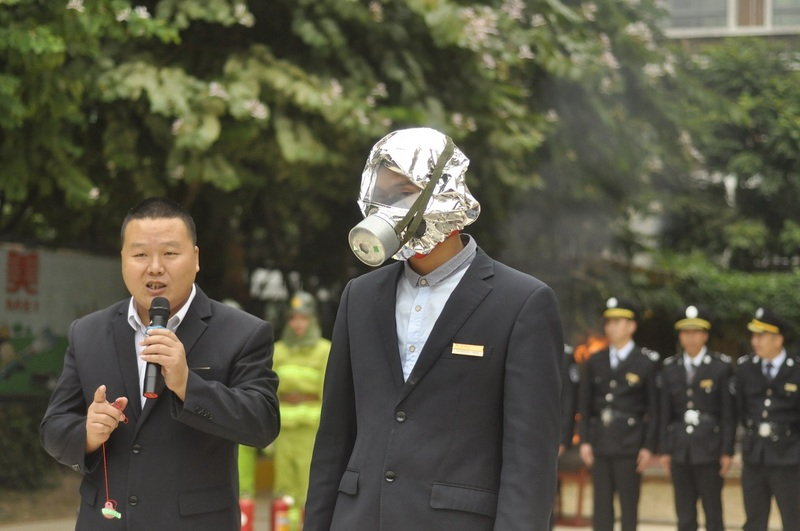 10:04,融侨物业保安队长叔叔在为大家介绍防毒面具的使用方法,并演示。27.jpg
