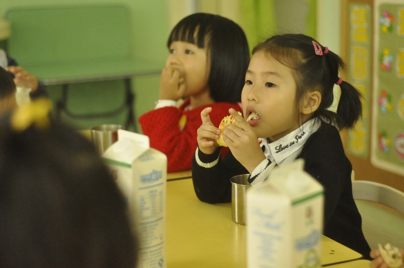 9:46分,二楼,中班,有的小朋友正在大口享用牛奶点心6.jpg