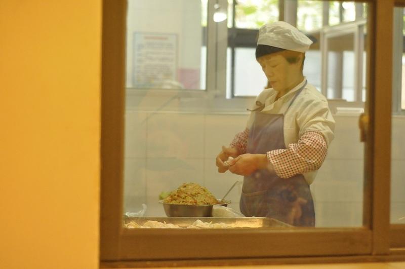 9:40分路过厨房,阿姨正在专心致志的为孩子们包饺子准备午餐3.jpg