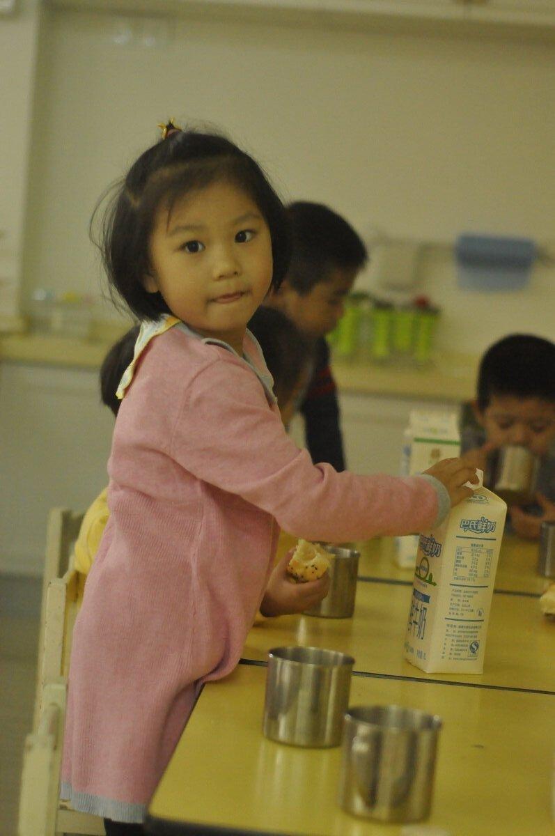 9:45分二楼,中班,有的小朋友正在为自己倒上一杯香甜的牛奶5.jpg