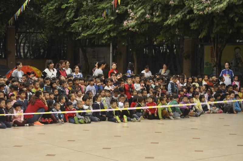 10:07分B,老师和叔叔们亲身的演示,生动的安全课堂,小朋友和老师们都看的认真到入迷.30.jpg