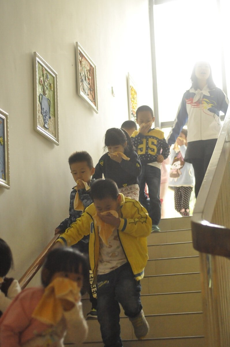 9:49分F,同一分钟,摄影妈妈随中班小朋友撤离到走廊,发现大班的小朋友也已经从三楼有序撤离出来。楼梯间没有拥挤,小朋友迅速有序靠右边扶手下楼。14.jpg