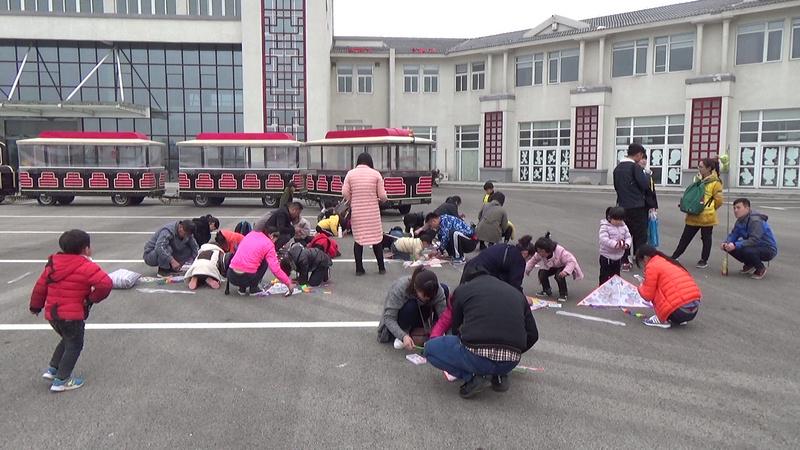 泗县蓓蕾幼儿园亲子体验活动:画风筝