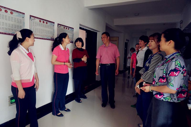最后,实验幼儿园教研组长张艳老师组织各园所教师进行了研讨交流活动.